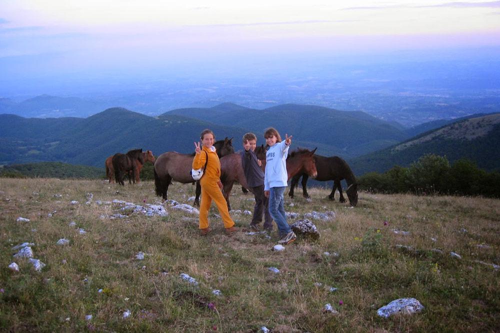 Escursione notturna sul Monte Tancia con bambini e cavalli