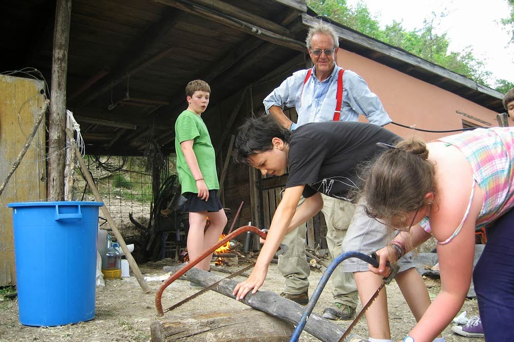 Preparando la legna per far bollire un bio-fertilizzante