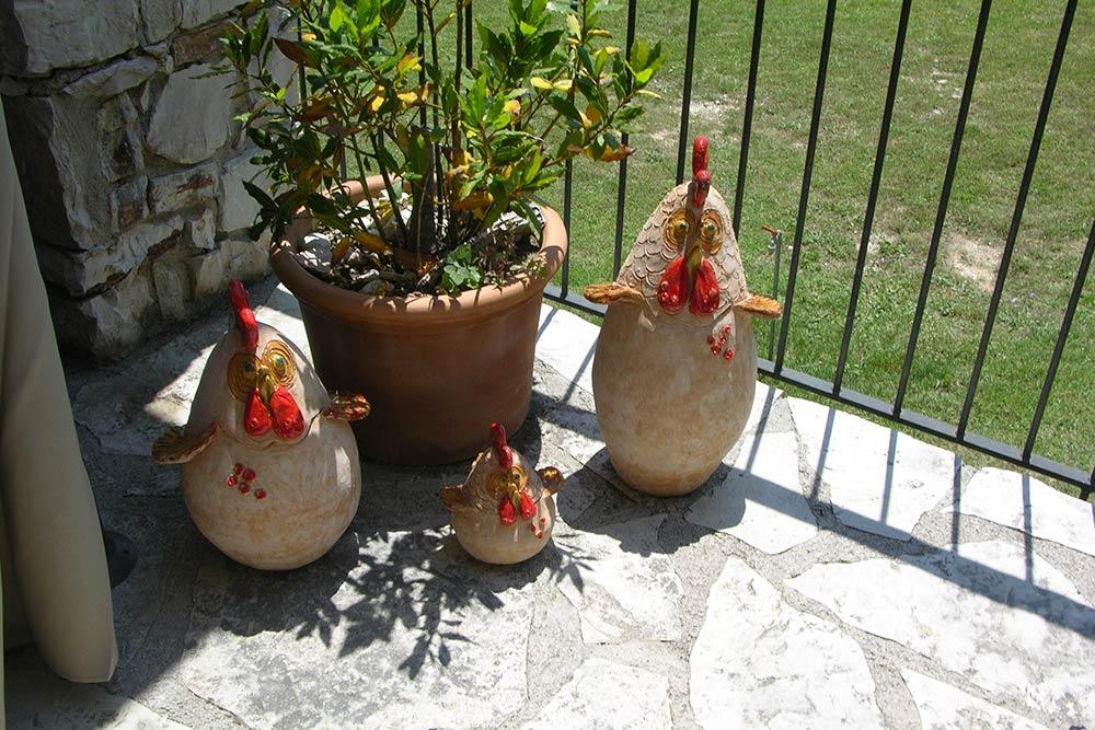 Le galline di terracotta di Francesca Pastore
