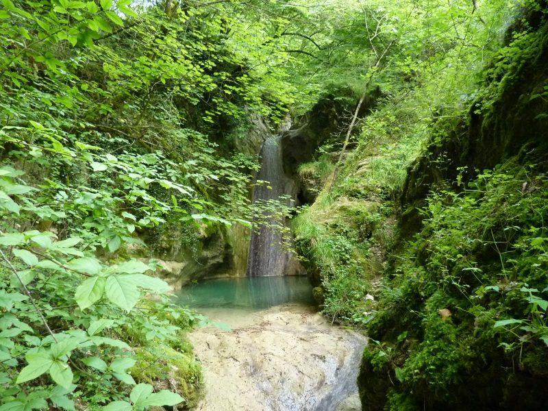 La cascata sul torrente Galantina, qui, vicino a noi, si sposa bene con la citazione